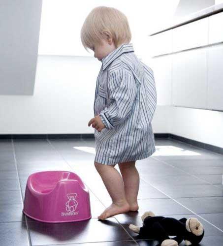 Ребенок садится на горшок